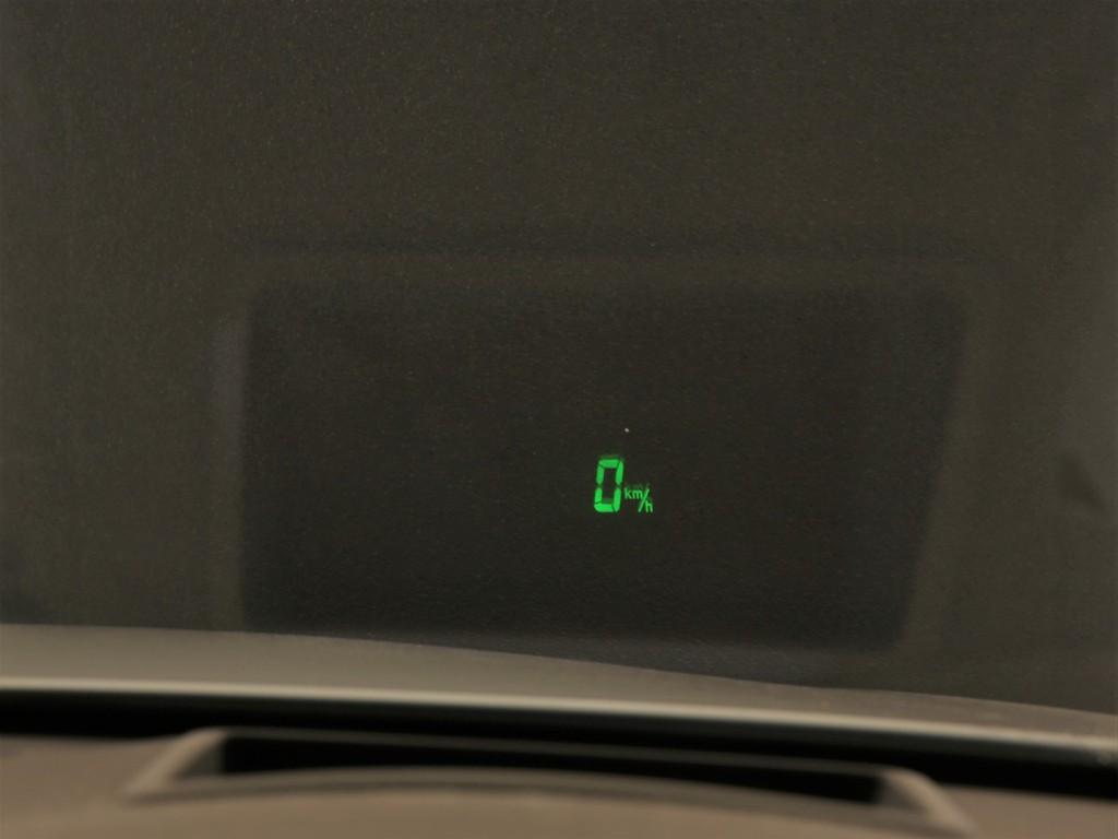 ヘッドアップディスプレイ付き!ガラスにスピードが表示されます!