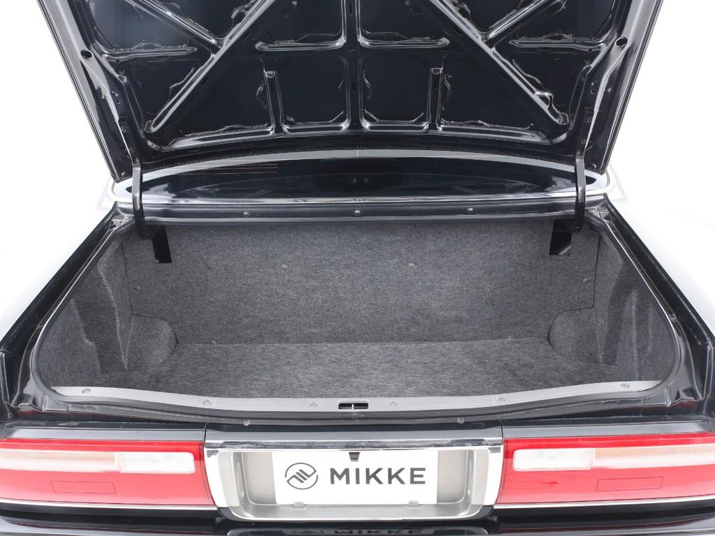 セダンですので荷物が入るトランクもございます!仕切られた空間で使いやすいです!