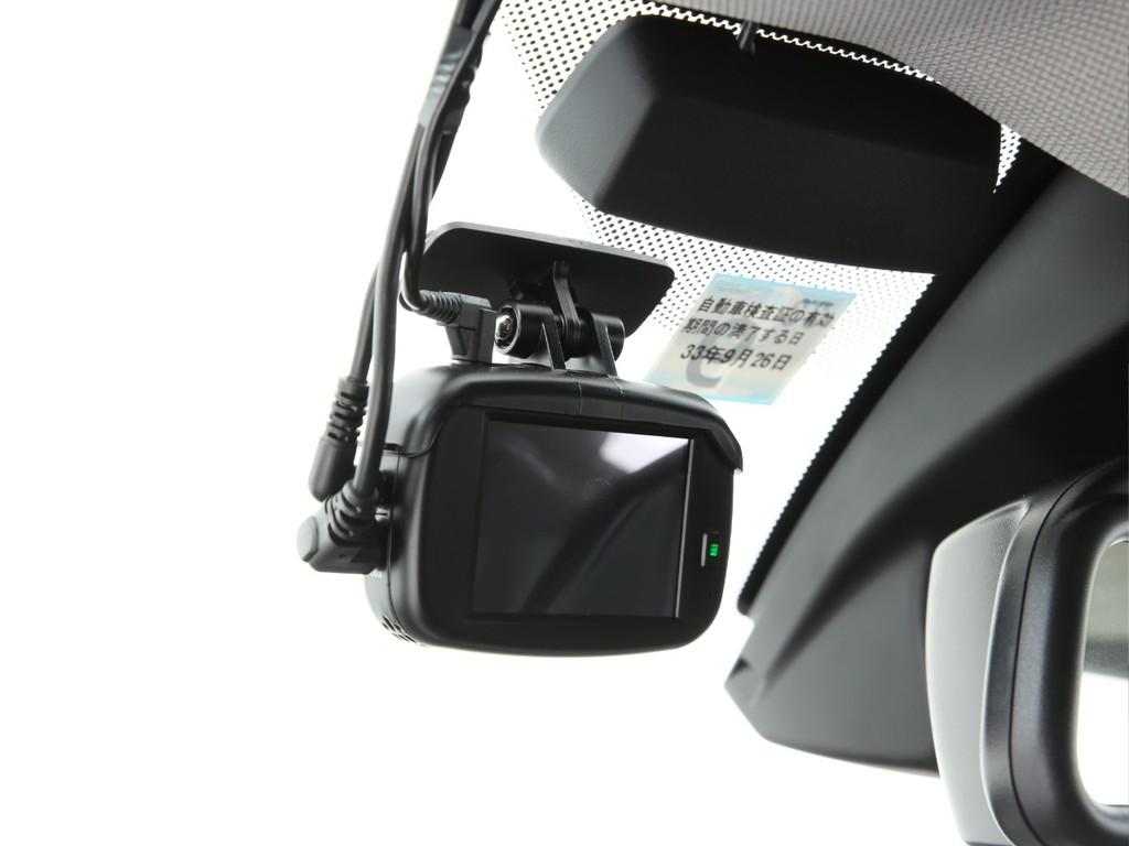 人気アイテムのドライブレコーダーも装着済み!前後ともについております!