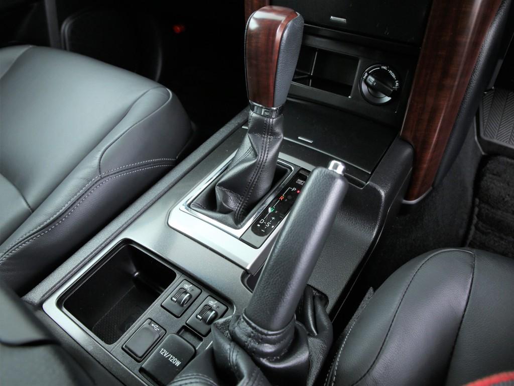 4WDの切り替えはダイヤルで簡単に出来ます!シンプルで操作性の良い配置となっております!