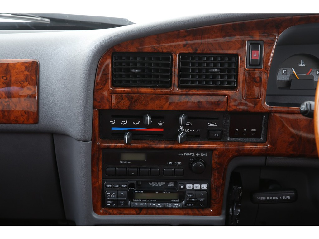 エアコン装備済み!デッキはラジオ&カセット&CDチェンジャーとなっております!