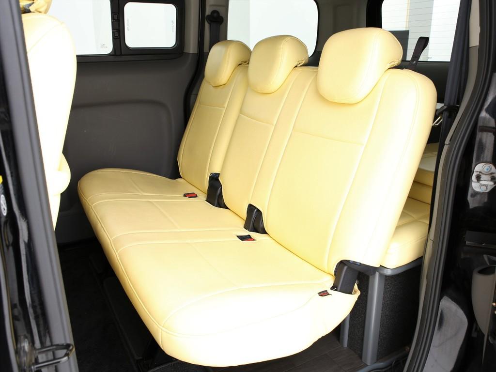 セカンドシートは3人掛け!全席3点式のシートベルトとなっております!