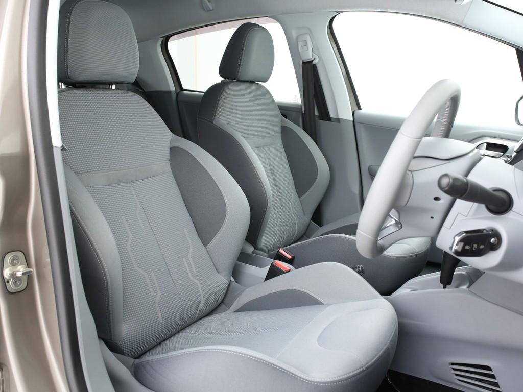 運転席・助手席はサポート部分も厚く体をしっかりホールドしてくれます!