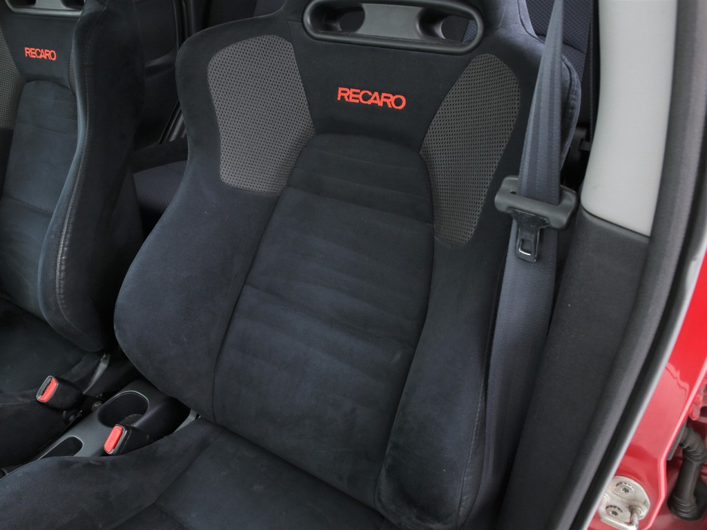 運転席・助手席はRECARO製!ホールド性の良いシートです!