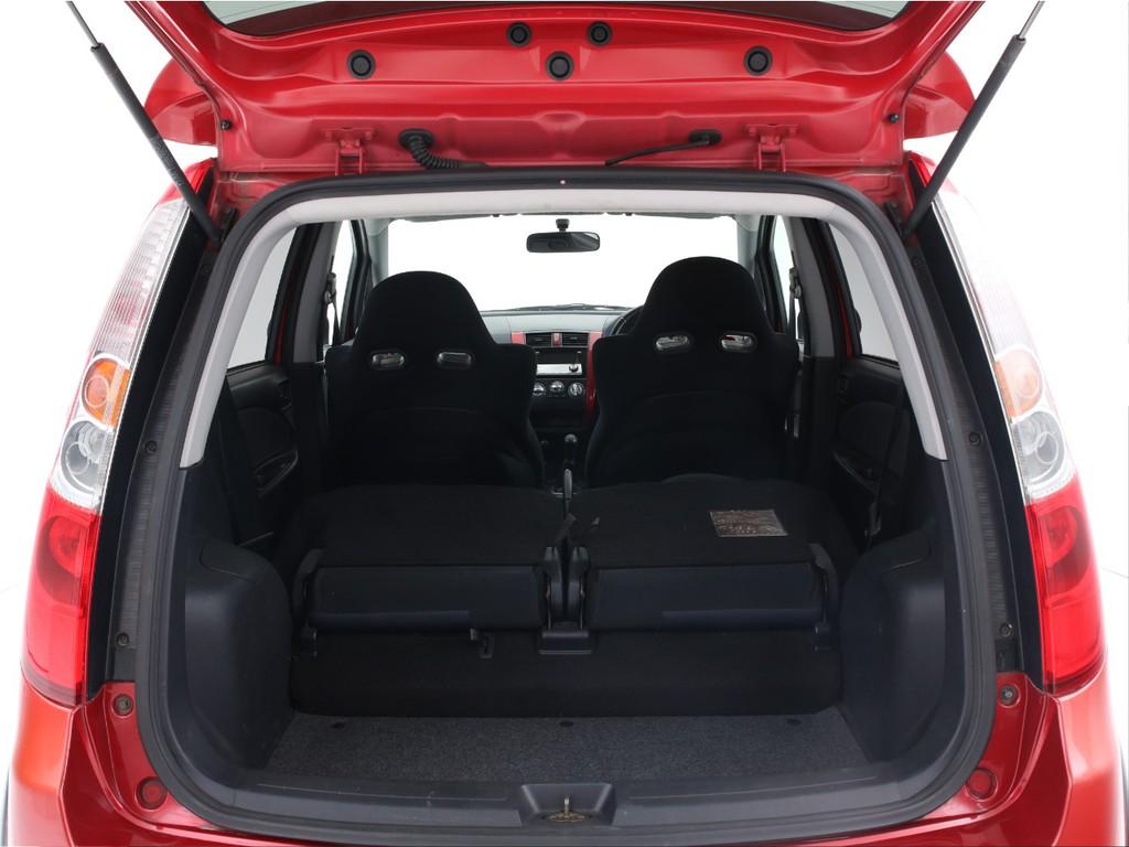 ハッチバックタイプのお車なので広いラゲッジスペースがございます!