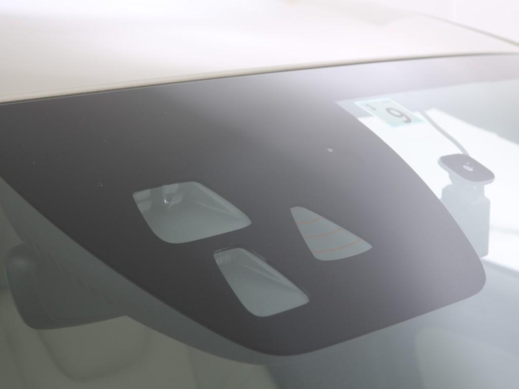 フロントガラスには衝突被害軽減装置のカメラ付き!先進の安全装備付きです!