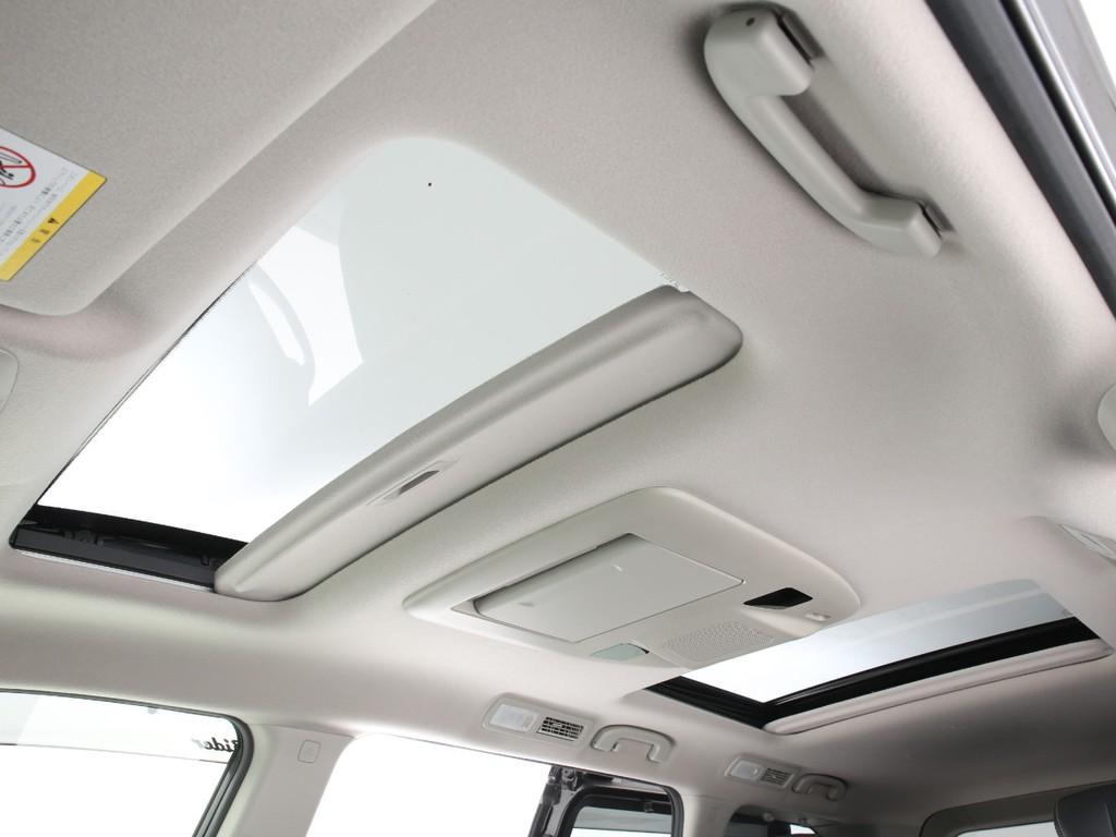 フロント&セカンドシートの天井には新車オプションのサンルーフ付きとなっております!