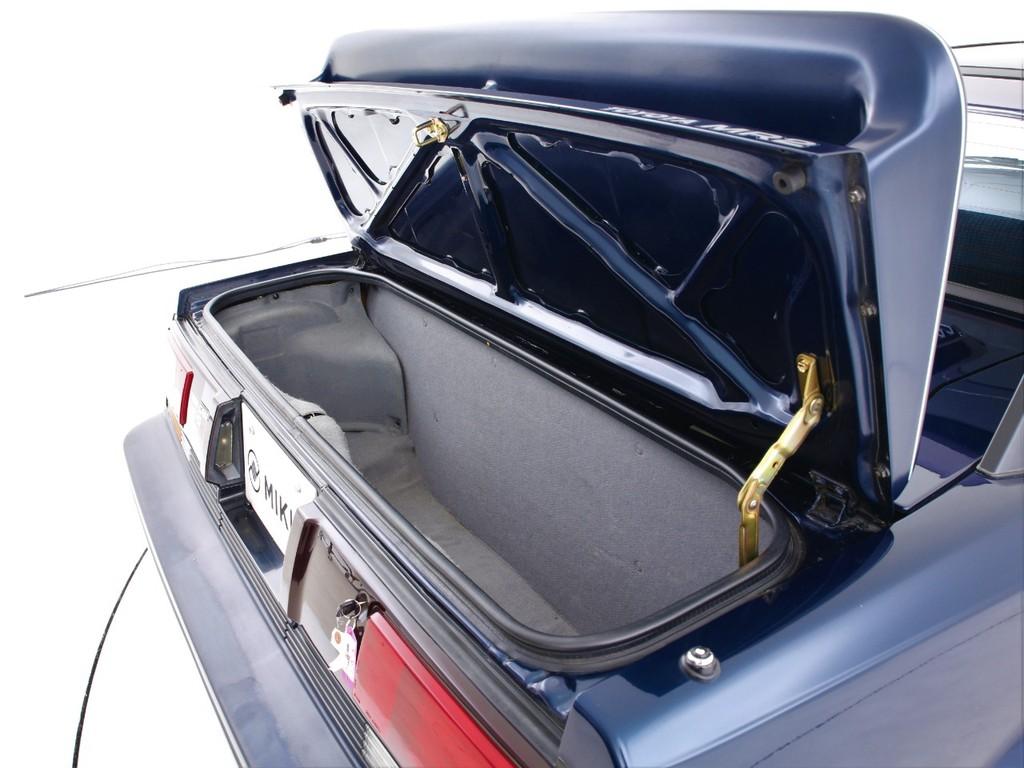 狭いですがトランクもございます!ちょっとした荷物なら入ります!