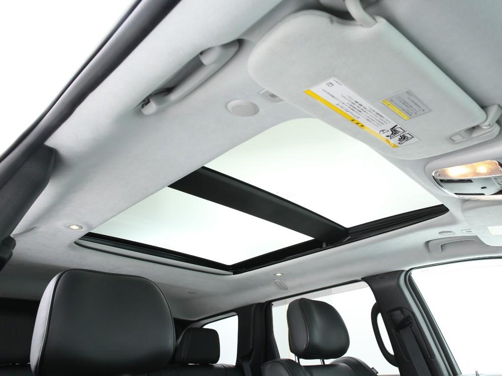 天井にはサンルーフ付き!開閉&チルト付き!室内がとても明るくなります!