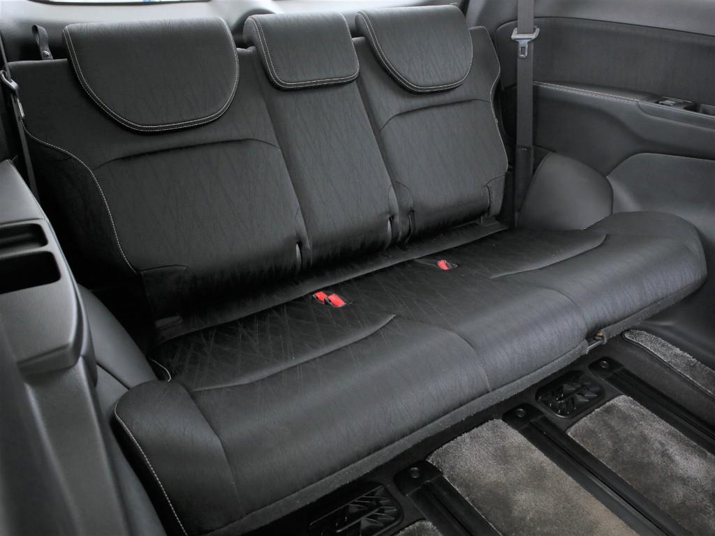 サードシートは3人掛け!床下収納可能なシートとなります!