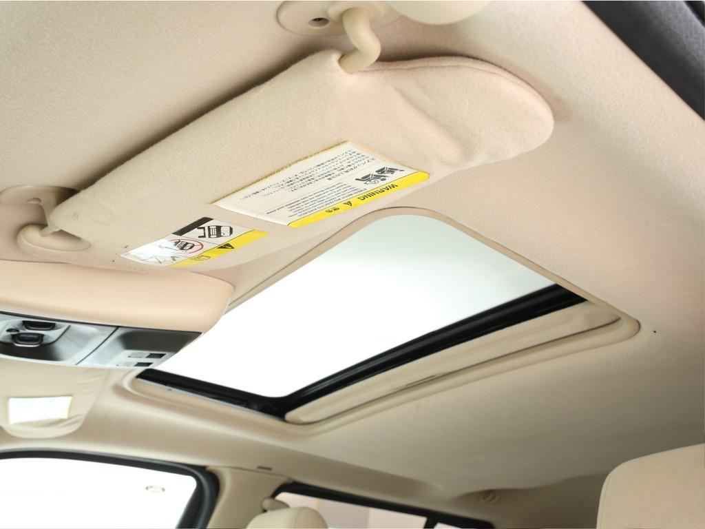 天井にはサンルーフ付き!スイッチでチルト&格納が可能となっております!
