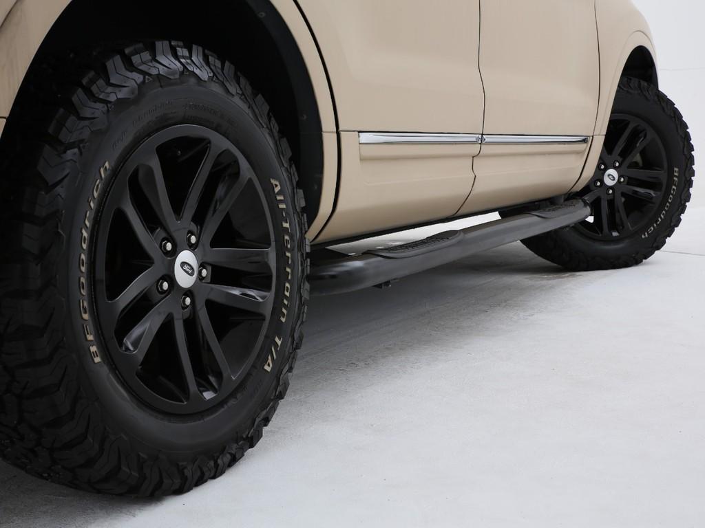 足元にはフォード18インチアルミにグッドリッチタイヤの組み合わせです!
