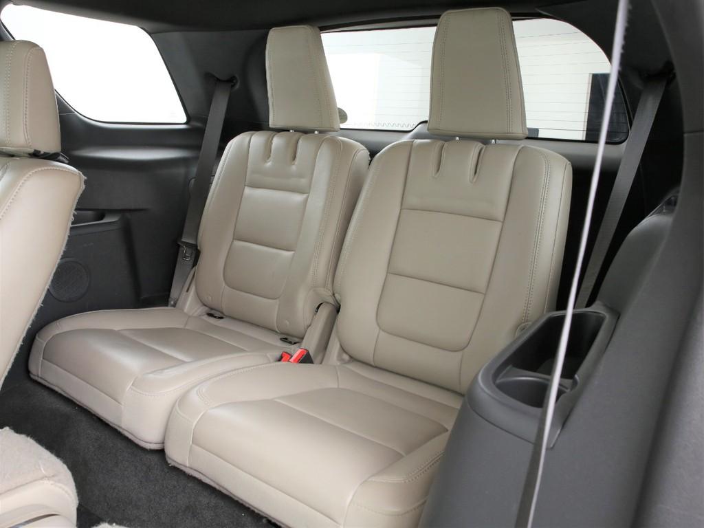サードシートは2人掛け!3列シートの7人乗りとなります!
