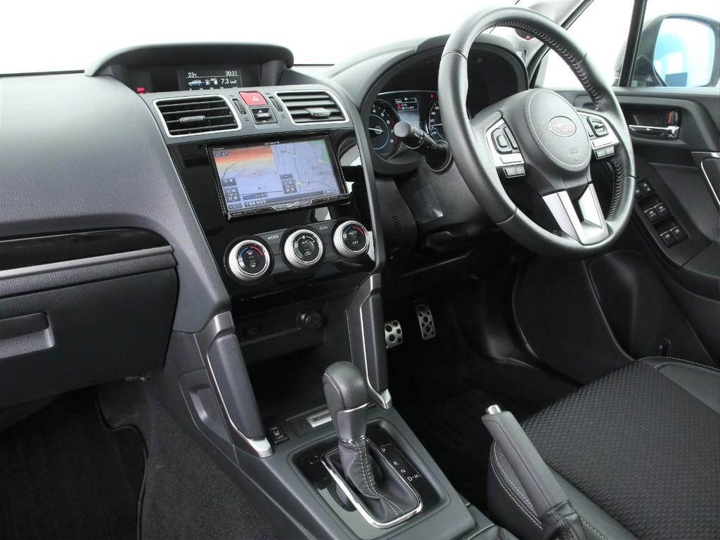 スイッチ類は運転席周りに集中しております!操作しやすい配置です!