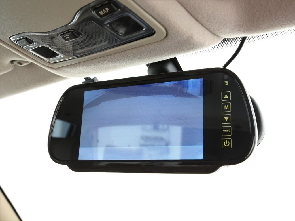 ルームミラーにはバックカメラと連動した映像が映るモニター付きです!