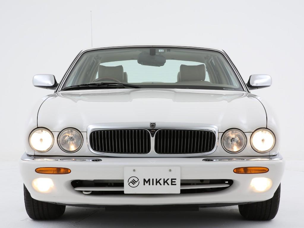 丸い4連のヘッドライトとライト形状にデザインされたボンネットが特徴です!