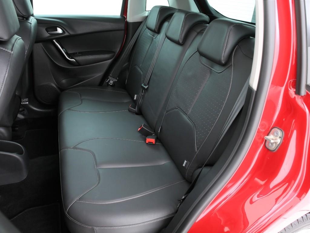 セカンドシートは3人掛けシート!フロントと同じ本革シートとなります!