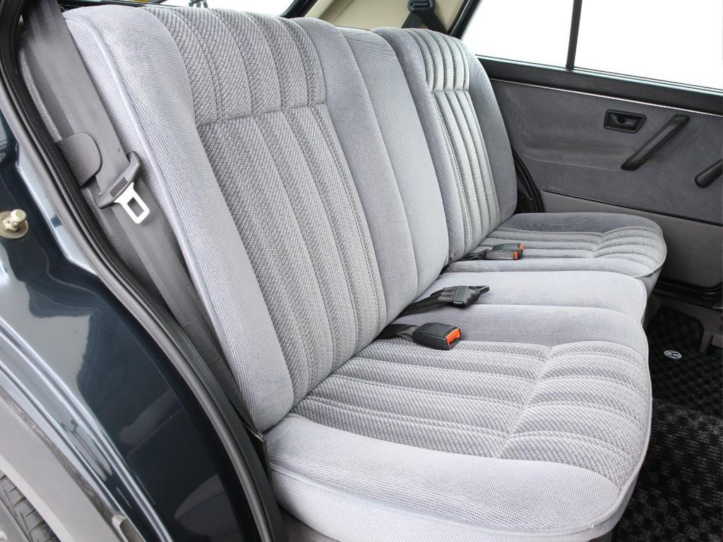 セカンドシートは3人掛けの乗車定員5人となっております!
