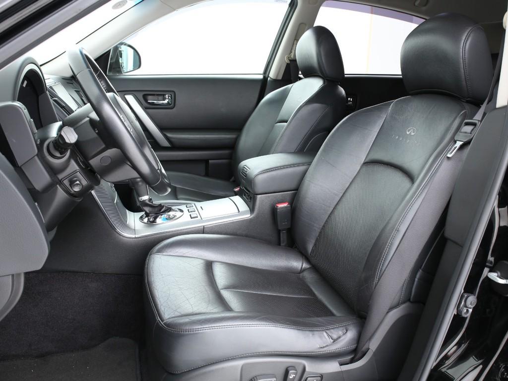 シートは全席が黒の本革シート!フロントシートはシートヒーター機能付きです!