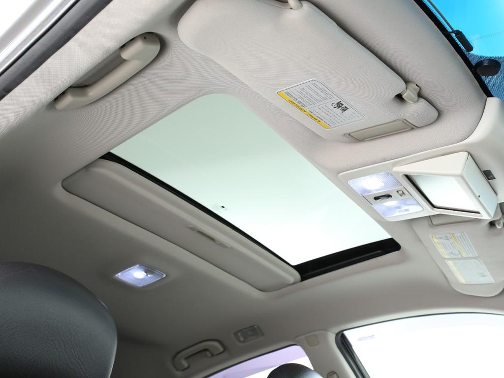 天井にはサンルーフ付き!チルト&開閉はスイッチで簡単に行えます!