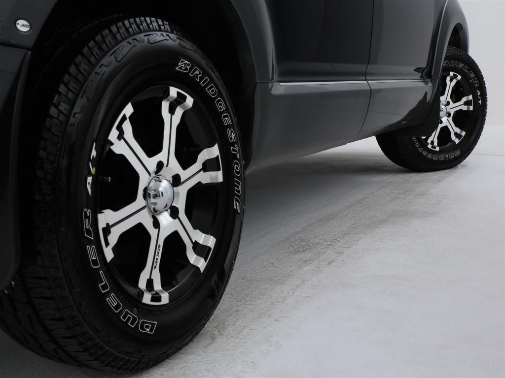 足元にはMKW製16インチアルミ&ブリジストン製DUELER ATタイヤ装着です!