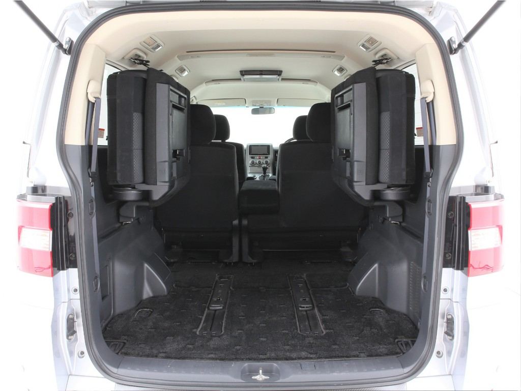 サードシートは両側跳ね上げ可能です!とても広いラゲッジスペースとなります!