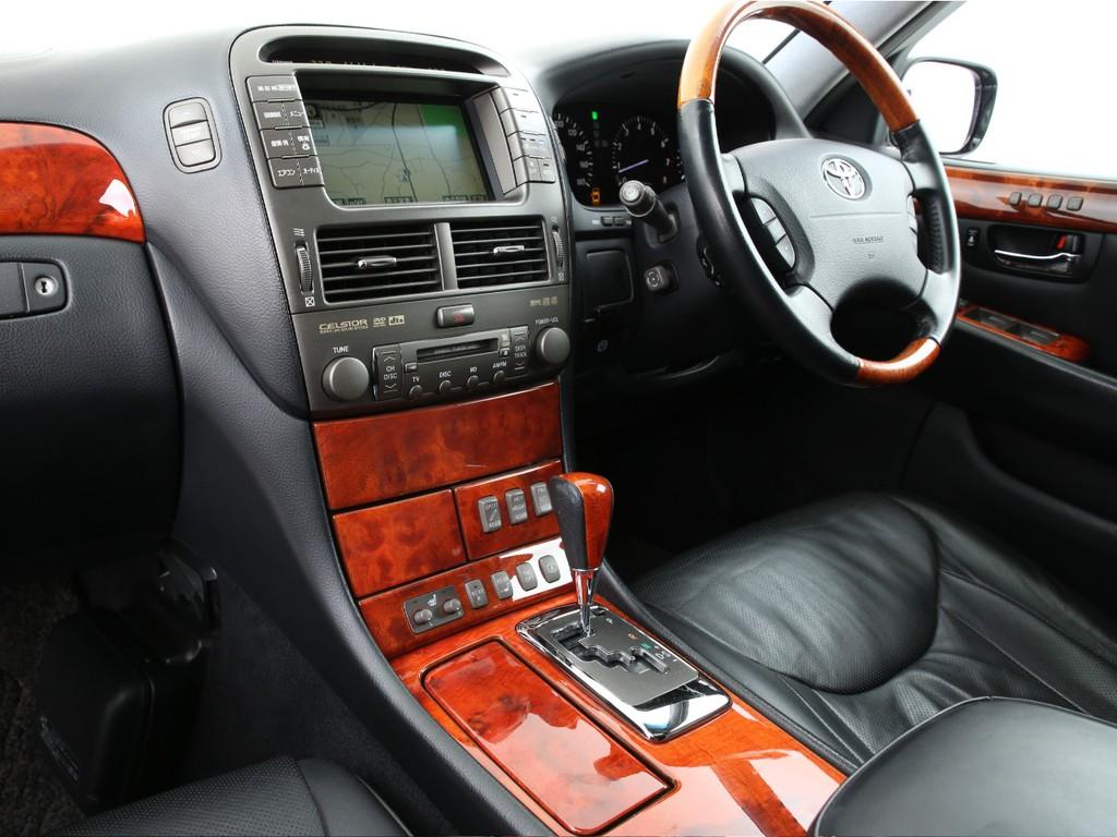 高級車の人気装備の黒革シート、サンルーフ、マルチ付きとなります!