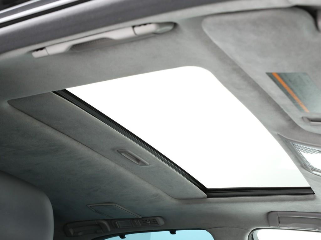 天井にはサンルーフ付き!チルトや開閉はスイッチにて簡単に行えます!
