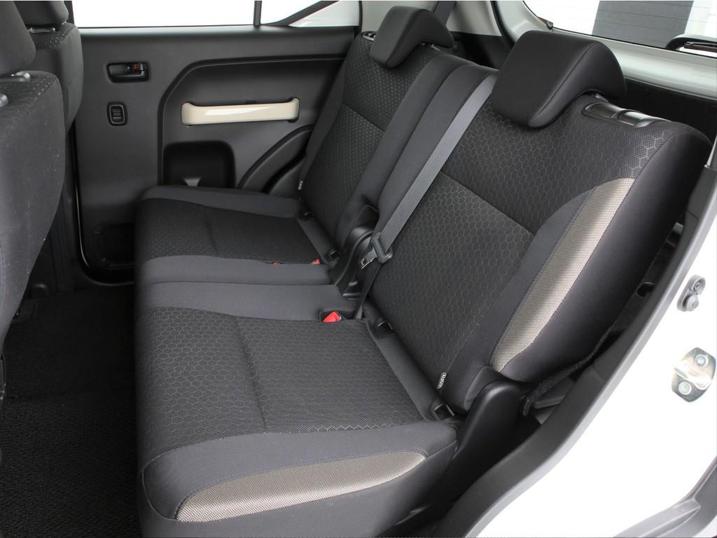 セカンドシートは3人掛けの乗車定員5人となります!軽自動車より一回り大きいサイズです!