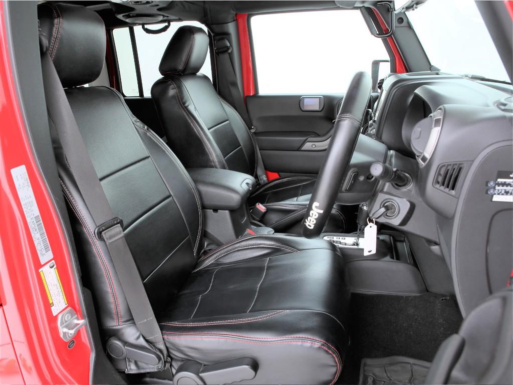 全席革調のシートカバー装着!エクステリアに合わせた赤いステッチです!