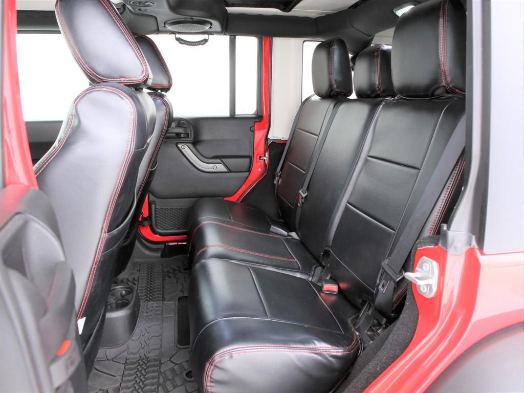 セカンドシートは3人掛けの乗車定員5人!こちらもシートカバー装着しております!