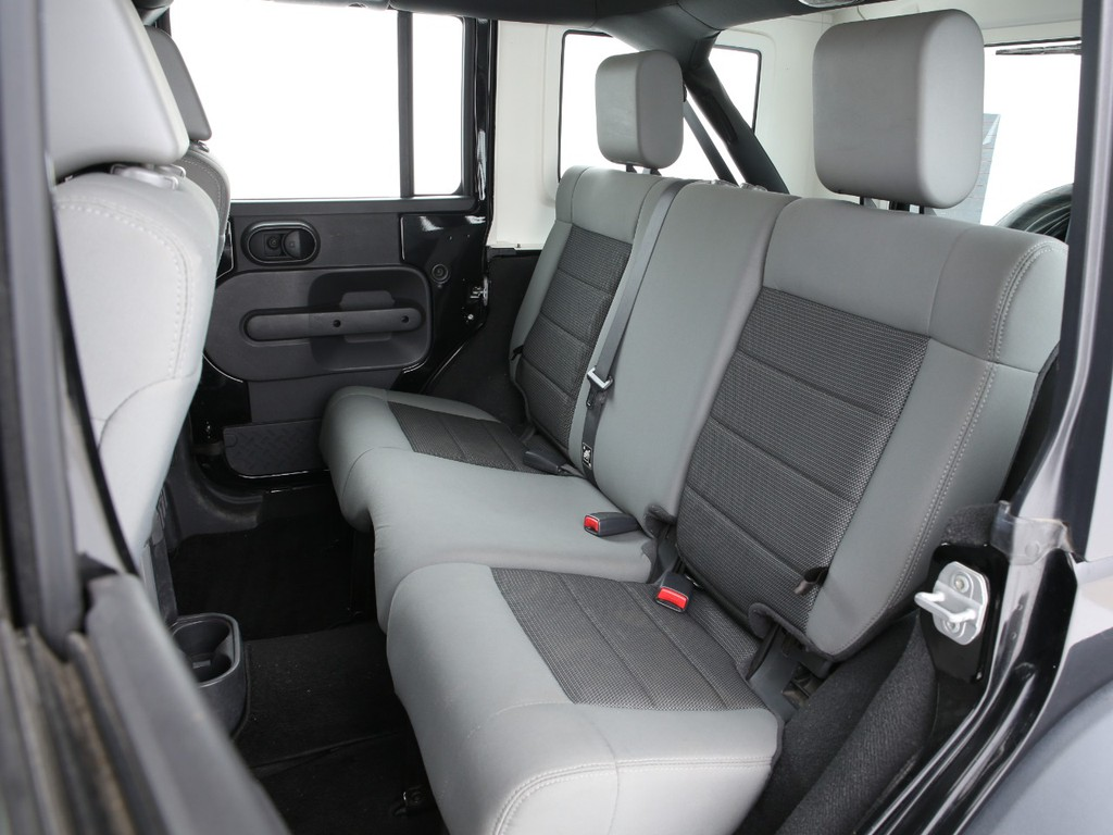 セカンドシートは3人掛け!乗車定員は5人となっております!