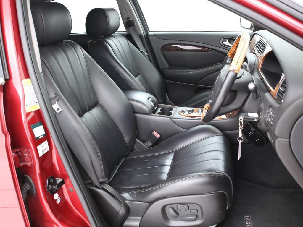 全席黒の本革シート!フロントは電動操作&シートヒーター機能付きとなります!