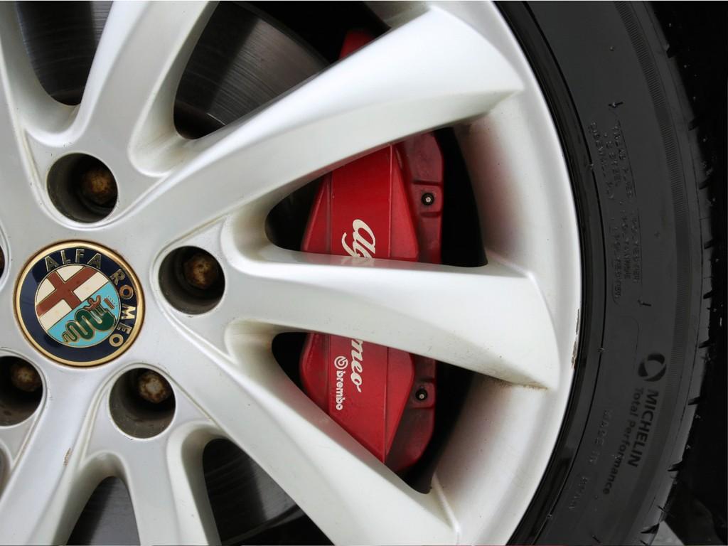 ブレンボ製ブレーキシステムを採用!ホイールの中から覗く真っ赤なブレーキが目を引きます!