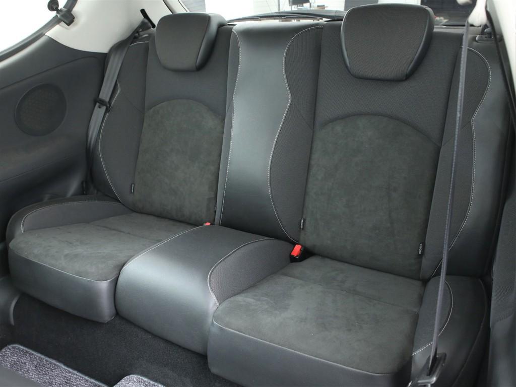セカンドシートは2人掛けの乗車定員4人となっております!