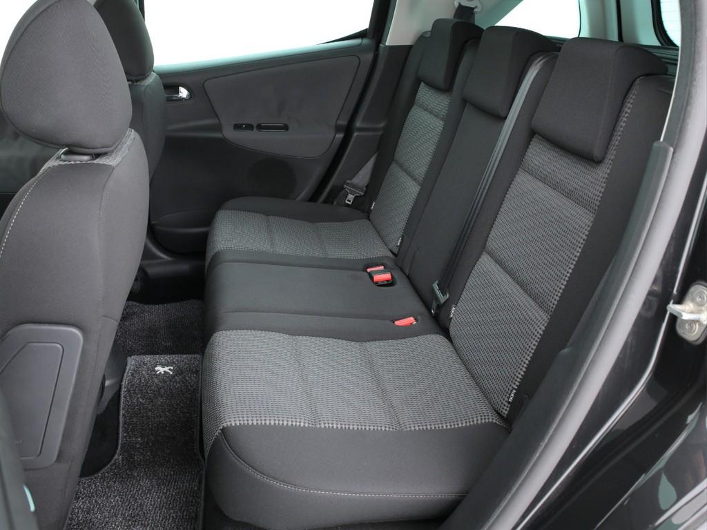 セカンドシートは3人掛けの乗車定員5人!3ナンバーのお車となります!