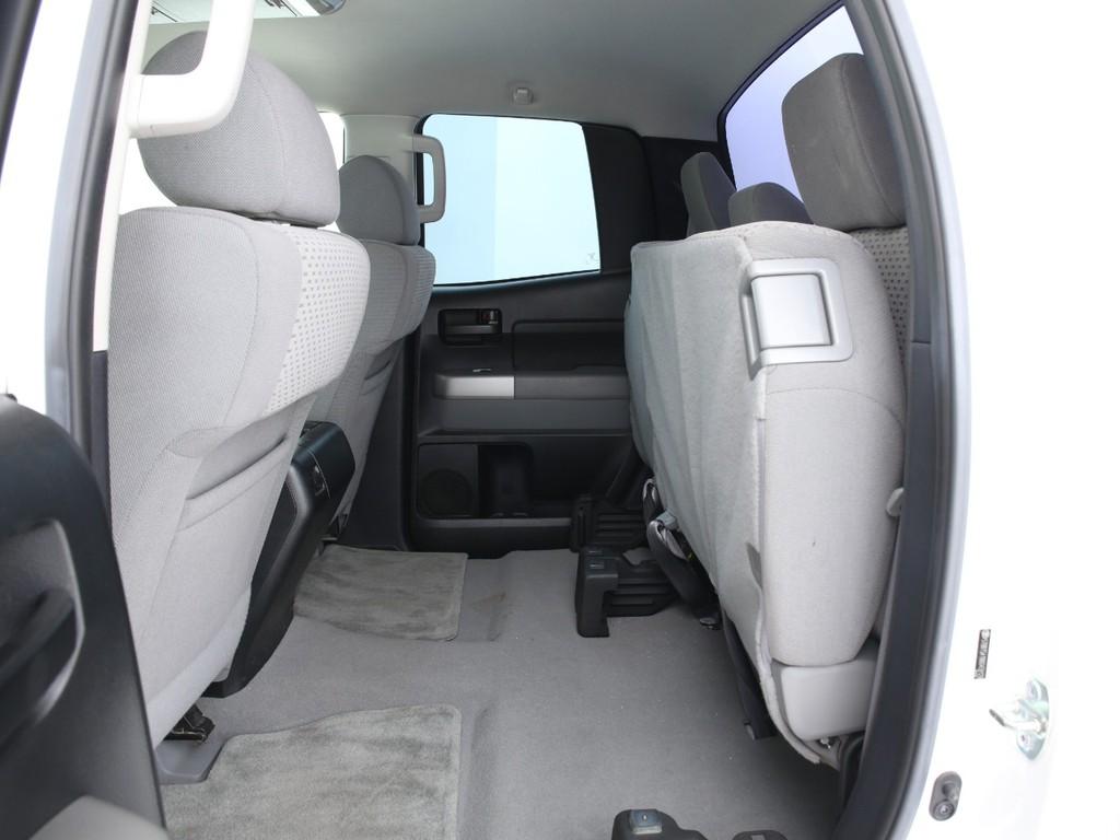 Wキャブのセカンドシートは座面が跳ね上げ可能です!室内に荷物を積みたい特に便利なレイアウトです!