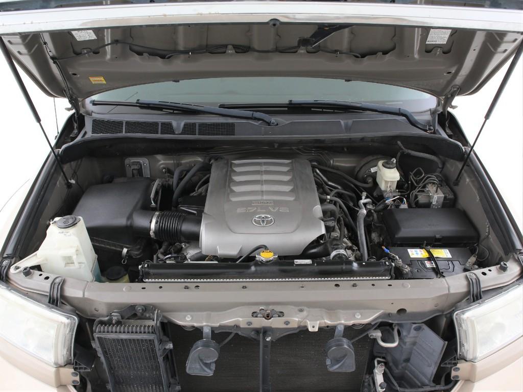 エンジンは5700ccのガソリン!大排気量ならではのパワーをご体感ください!