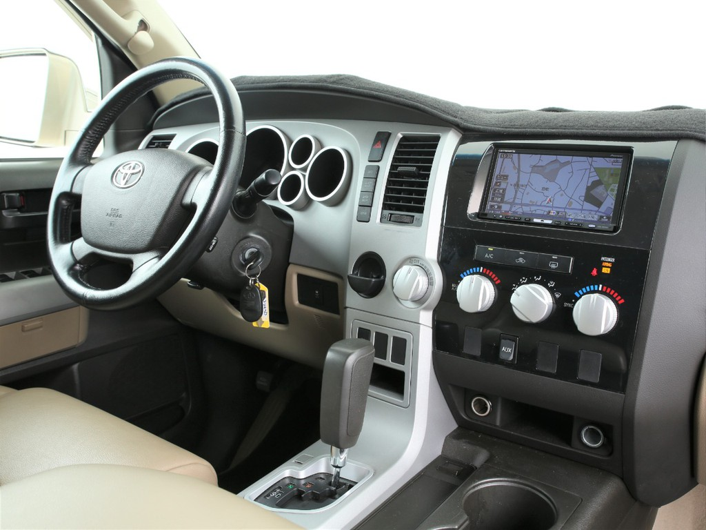 スイッチ類はセンサーに運転席周りに集中!操作しやすい様にデザインされております!