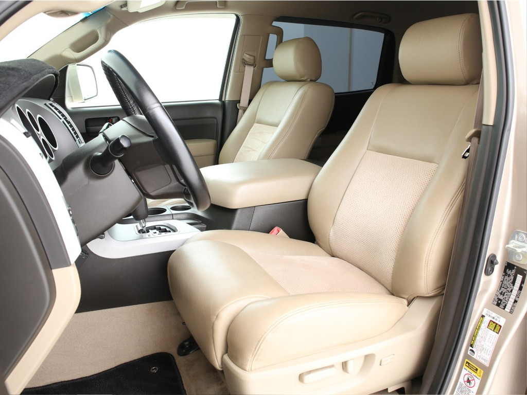 シートは全席ベージュのハーフレザーシート!運転席は電動にて操作可能なパワーシートとなります!