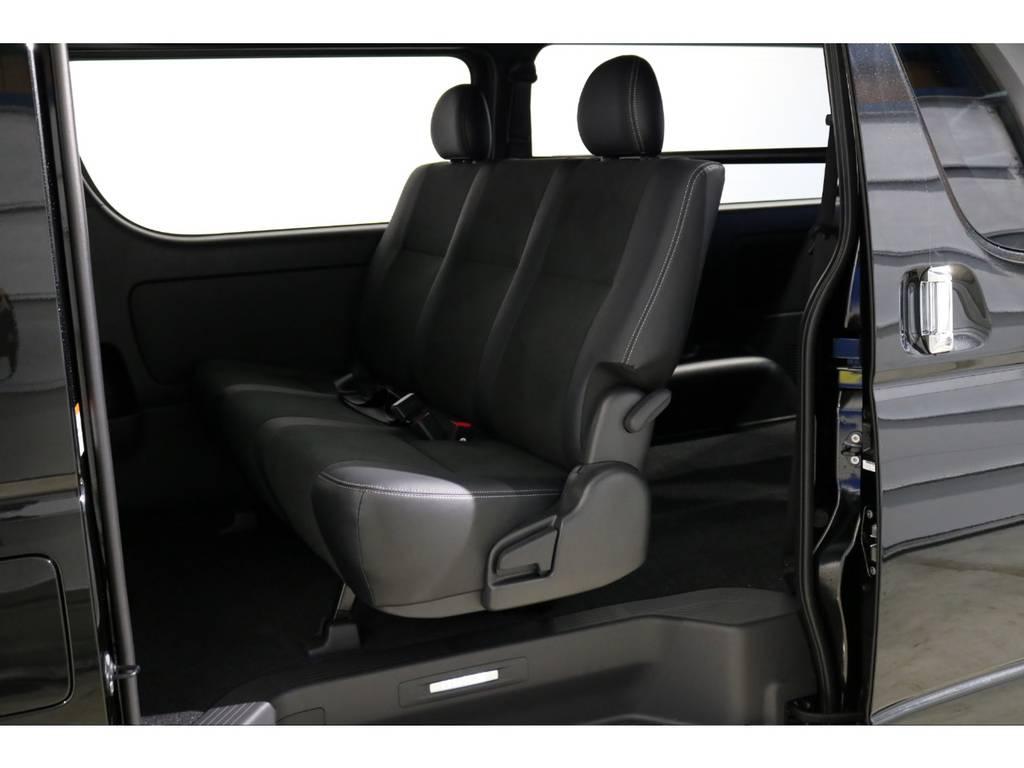特別仕様車専用装備の車名ロゴ&イルミネーション付きスライドドアスカッフプレート!