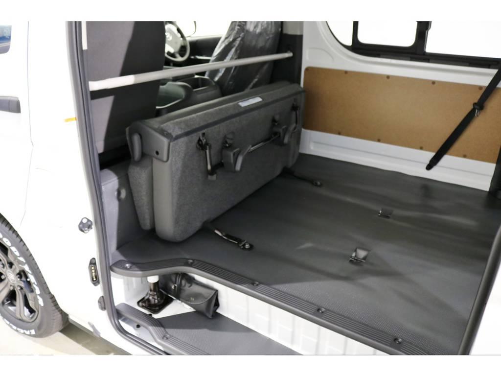 セカンドシートは簡単に折り畳み可能です! | トヨタ ハイエースバン 2.8 DX ワイド スーパーロング ハイルーフ GLパッケージ ディーゼルターボ 4WD TSS付