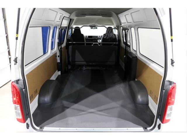 この荷室はハイエースのスーパーロングハイルーフだからこそ可能な空間です!