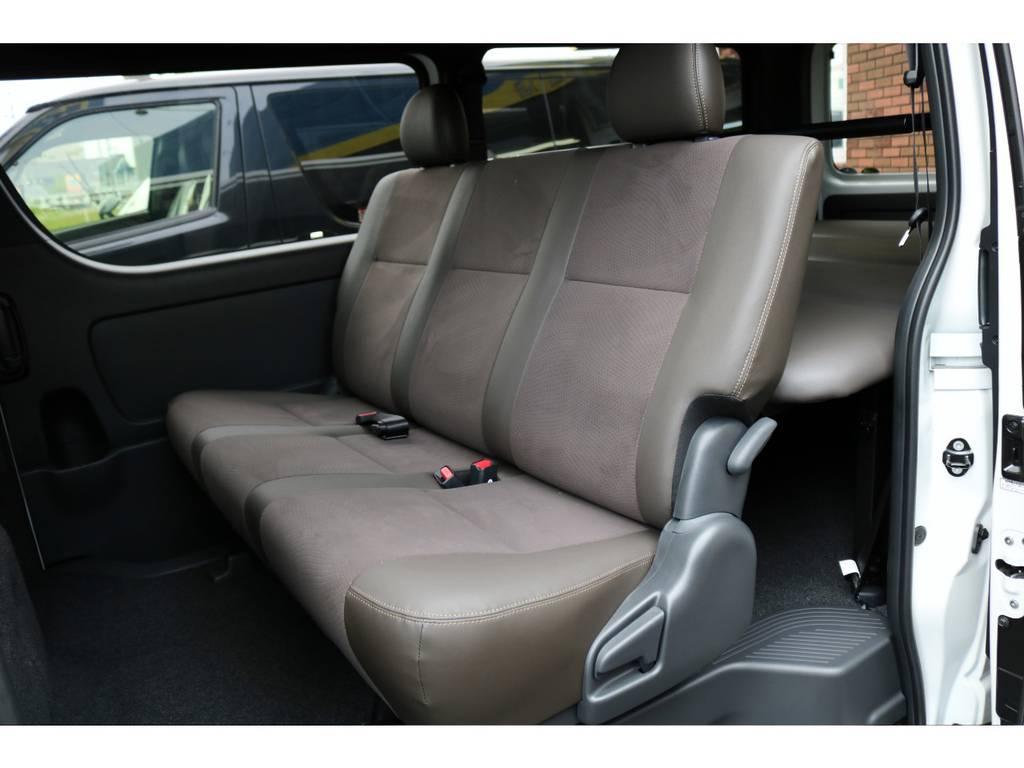 """特別仕様車スーパーGL""""50TH ANNIVERSARY LIMITED""""専用のシート表皮はダークブラウンのトリコット+合成皮革&ダブルステッチ!HIACEロゴ&イルミネーション付きスカッフプレート!"""