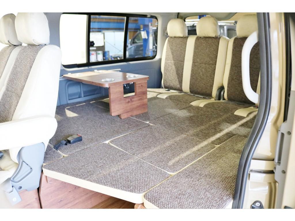 3列目を後ろ向き2人掛けシートベルトに変更でフラットベット展開も可能で御座います!サイドテーブルも標準装備!