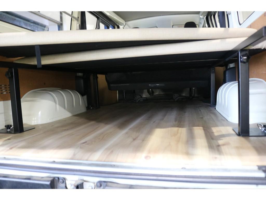 ベッドマットの下には広大なラゲッジスペース!