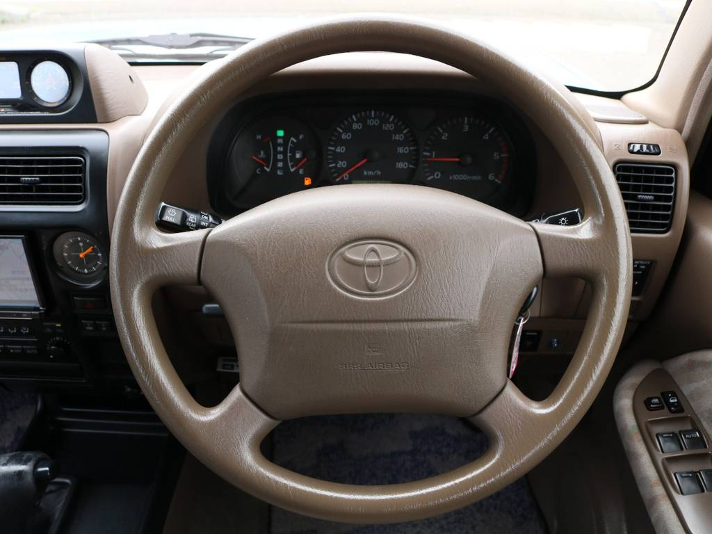 ステアリングも目立つようなスレや汚れなどは御座いません!ブラウンの内装がとても温かみがあります♪ | トヨタ ランドクルーザープラド 3.0 TX ディーゼルターボ 4WD Renoca アメリカンクラシック