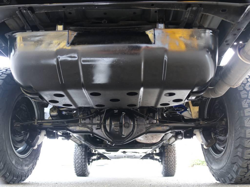 下回りもリフレッシュしたボディに合わせてパスター塗装済み★スチーム洗浄後、サビ落としを行ない丁寧に仕上げました♪ | トヨタ ランドクルーザープラド 3.0 TX ディーゼルターボ 4WD Renoca アメリカンクラシック