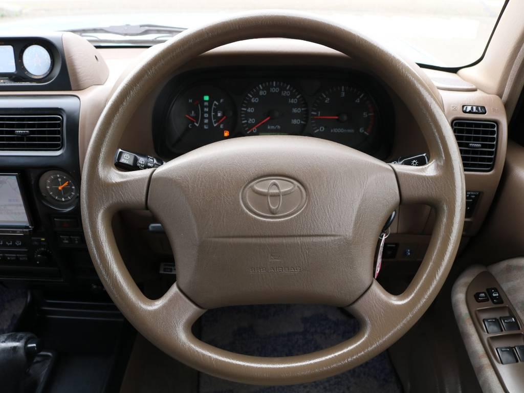 ステアリングも目立つようなスレや汚れなどは御座いません!ブラウンの内装がとても温かみがあります♪   トヨタ ランドクルーザープラド 3.0 TX ディーゼルターボ 4WD Renoca アメリカンクラシック