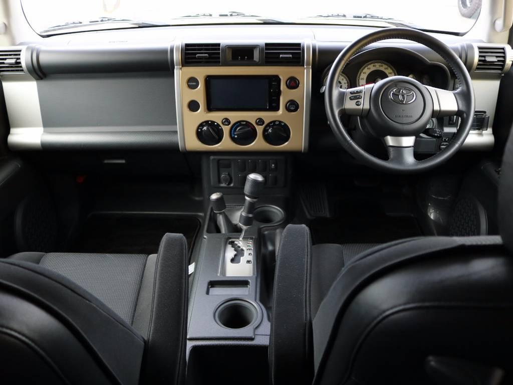 FJクルーザー独特のインテリア★シフトノブ、エアコンダイヤル、スイッチ関係は厚手のグローブを着用したままでも操作し易いよう、大型の設計になってます!街乗りではそういった場面は少ないとは思いますが!笑 | トヨタ FJクルーザー 4.0 カラーパッケージ 4WD 新品17AW&KO2 ルーフレール